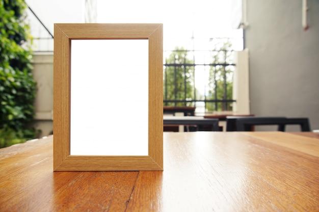 Mock up menu frame in piedi sul tavolo di legno nel bar ristorante caffetteria. spazio per il testo.
