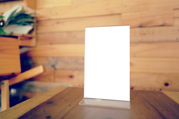 Mock up menu frame in piedi sul tavolo di legno nel bar ristorante caffetteria