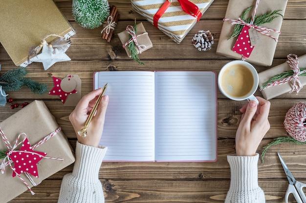 Mock up planner con regali di natale.