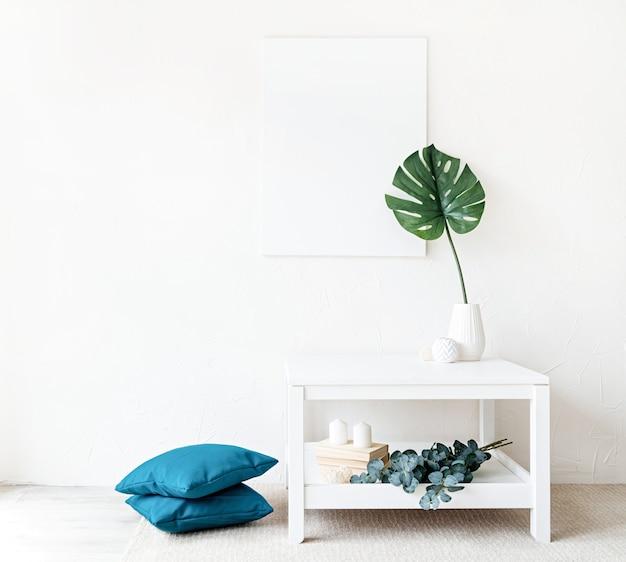 Mock up poster frame sul tavolino da caffè con decorazioni sul muro bianco sullo sfondo