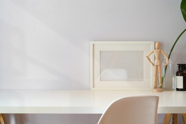 Manichino modello poster con business area di lavoro scrivania e copia spazio