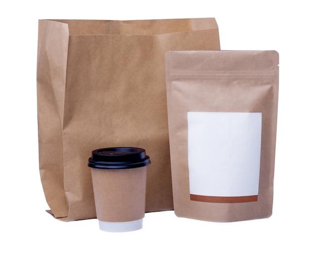 Mock up di riciclaggio bicchiere di carta, sacchetto di carta, sacchetto di chicchi di caffè su sfondo bianco