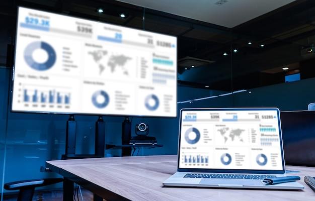 Mock up presentazione della presentazione di presentazione di riepilogo delle vendite sul display televisione e laptop con notebook sul tavolo nella sala riunioni