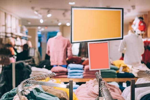 Mock up cartello sullo sfondo di un negozio con vestiti.
