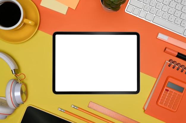 Mock up tablet, calcolatrice, tazza di caffè e calcolatrice su sfondo colorato.