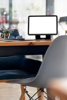 Tablet schermo vuoto mockup con supporto su tavolo in legno, vista verticale.