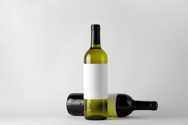 Modello. bottiglie di vino di diversi tipi isolati su uno sfondo bianco.