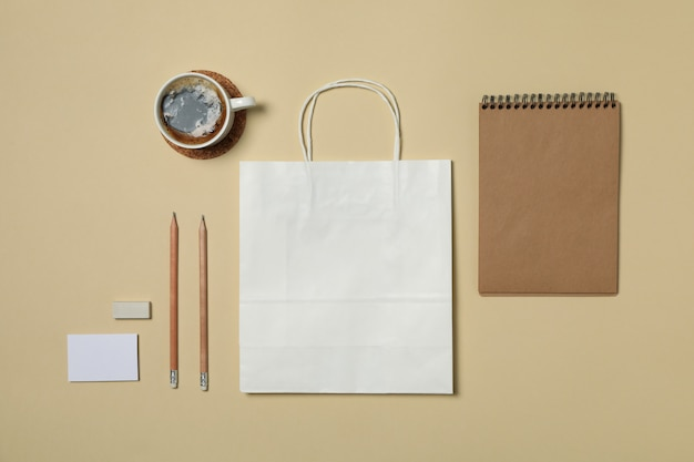 Modello di marchio di affari del modello su fondo beige, spazio per testo
