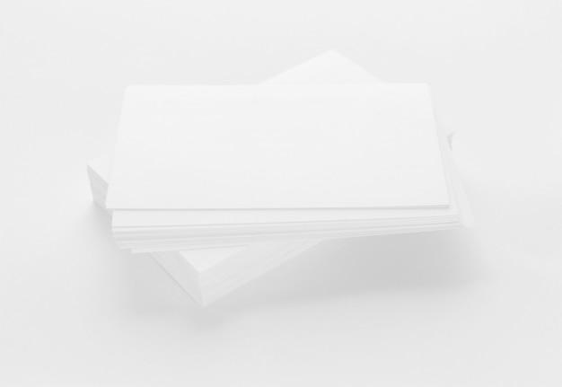 Modello di biglietti da visita su priorità bassa di carta strutturata bianca