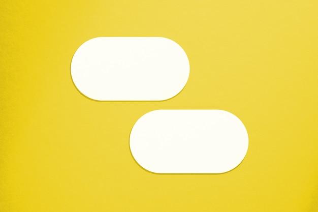 Carte mockup in stile minimalista. forma ovale vuota con bordi arrotondati. perfetto per invito a nozze e biglietto di auguri. illuminante colore pantone dell'anno 2021.
