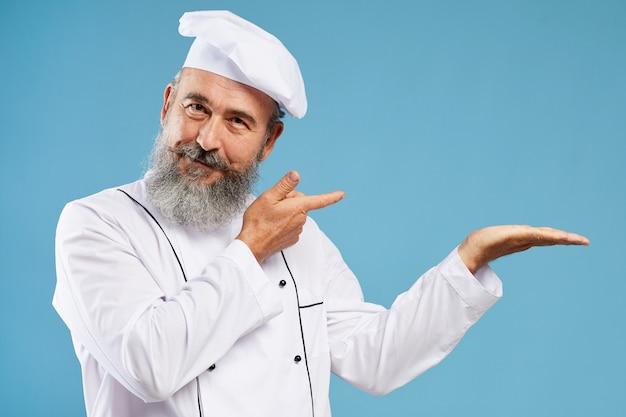 Mockup di chef presenting on blue