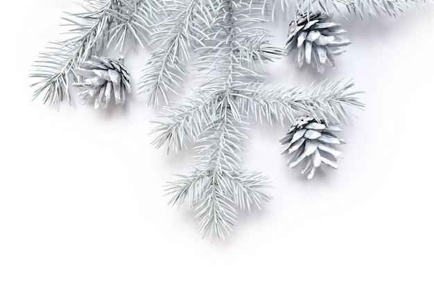 Mockup cornice di natale bianco rami di albero confine su sfondo bianco in legno, con spazio per il testo.