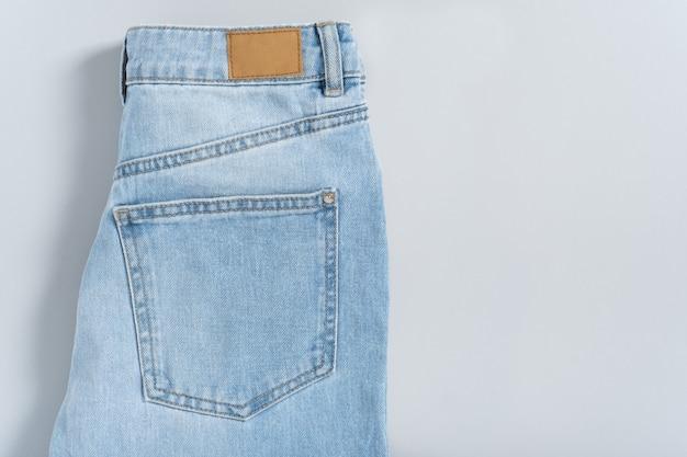 Mockup vuoto dettagliato primo piano di etichetta in pelle sgangherata vuota denim blu adatto su sfondo grigio