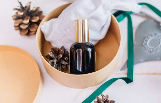 Un modello di una bottiglia di vetro con un prodotto cosmetico come regalo di natale