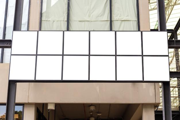 Immagine mockup di manifesti con schermo bianco cartellone pubblicitario vuoto e negozio esterno a led per la pubblicità