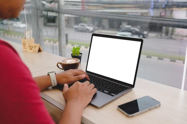 Computer immagine mockup, schermo vuoto del telefono cellulare per la digitazione del testo a mano, utilizzo del computer portatile contatto aziendale alla ricerca di informazioni sul posto di lavoro sulla scrivania in ufficio. progettazione dello spazio di lavoro creativo sulla scrivania in legno