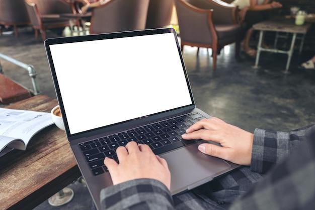 Immagine di mockup delle mani utilizzando e digitando sul laptop con lo schermo del desktop bianco vuoto