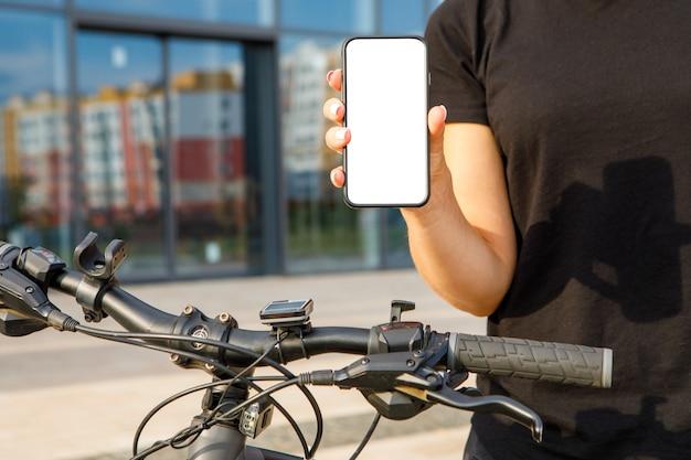 Immagine del modello. donna che punta il dito su un telefono cellulare con schermo bianco vuoto
