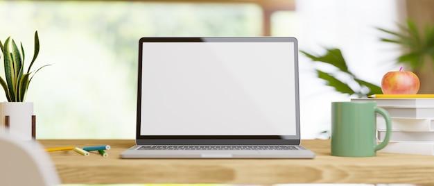 Mockup di un computer portatile per il montaggio su un tavolo da lavoro in legno in un salotto di casa