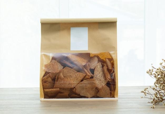 Logo mockup snack dolci e salati asiatici gustosi taro fritti su sfondo di legno luce naturale