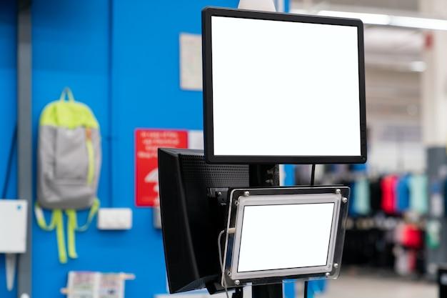Monitor di mockup con schermo bianco vuoto presso il grande magazzino.