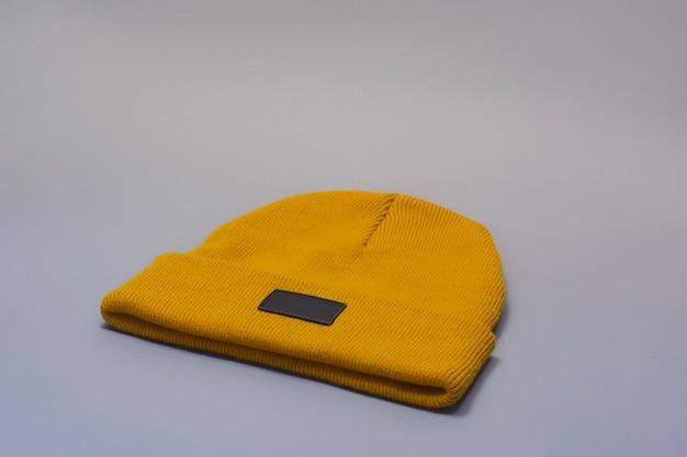 Mockup di un cappello caldo arancione su sfondo chiaro.