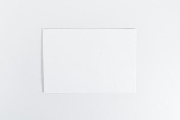 Modello di foglio di carta su sfondo bianco