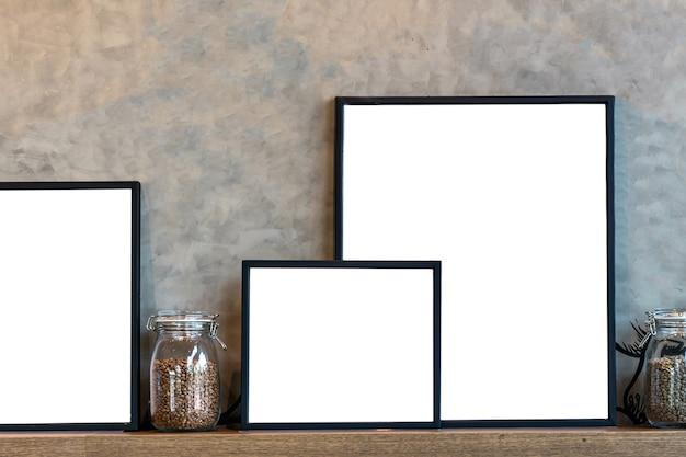 Modello di cornice per foto e caffè in vasetto di vetro sopra gli scaffali in legno