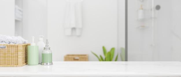 Spazio mockup per il montaggio del prodotto sul ripiano del tavolo con bottiglie di shampoo, cesto di vimini sul moderno bagno bianco sullo sfondo, rendering 3d, illustrazione 3d
