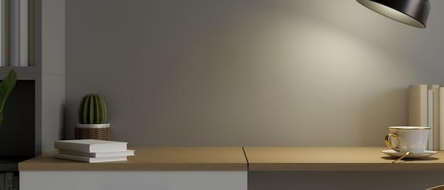 Spazio mockup sul tavolo di legno sotto la luce calda della lampada da tavolo con decorazione moderna 3d rendering