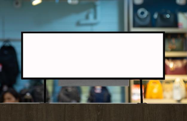 Mockup poster bianco in piedi davanti alla sfocatura per mostrare o presentare il concetto di prodotto di promozione
