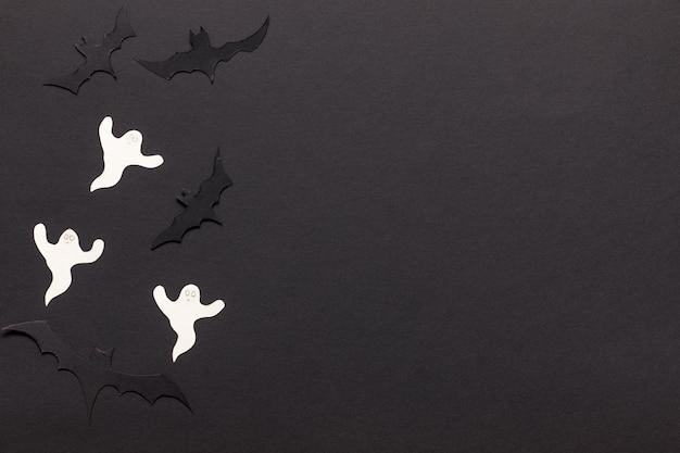 Modello con halloween. sfondo cornice nera con pipistrelli tagliati in carta, zucca e fantasma.