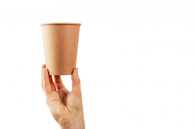 Modello della mano della donna che giudica una tazza di carta del caffè isolata su superficie bianca.