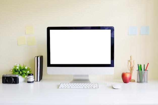 Posto di lavoro del modello con la macchina fotografica della tavola dell'artista del computer del pc, la matita di colore ed il libro