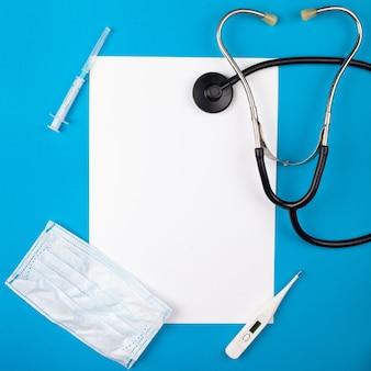 Medicina mocup su sfondo blu. fonendoscopio, forniture mediche.