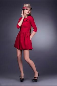Modello belle donne in abiti alla moda e accessori girato isolato su uno sfondo nero
