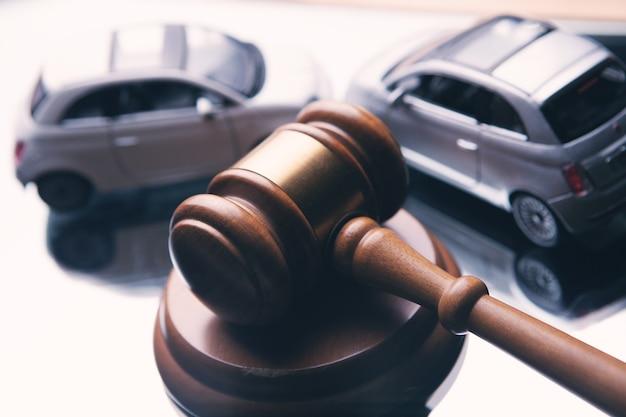 Modello di auto e martelletto. causa in caso di incidente o assicurazione, causa in tribunale.