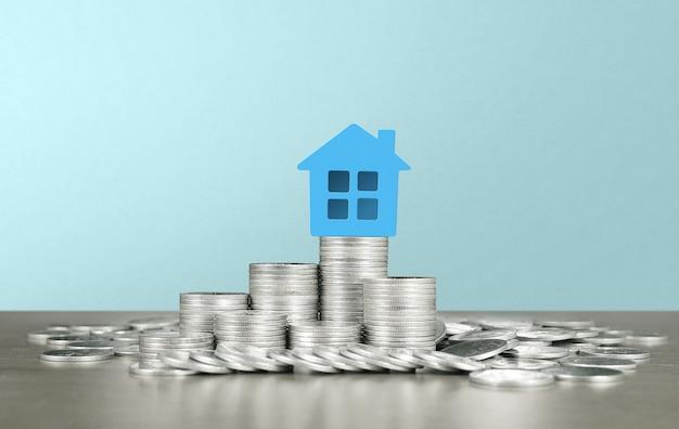 Modello di casa unifamiliare in miniatura mock up sulle monete. concetto di investimento immobiliare immobiliare
