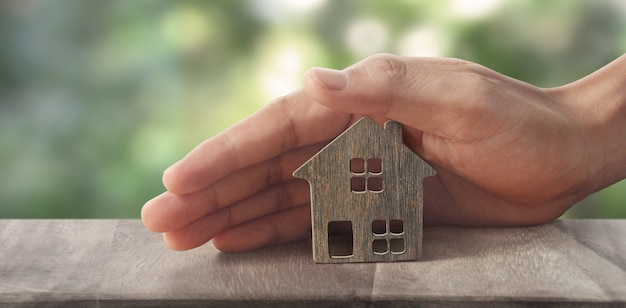 Modello di casa in miniatura indipendente mock up in mano. concetto di investimento immobiliare immobiliare