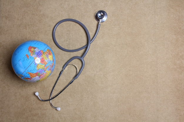 Un globo modello e stetoscopio con copia spazio, concetto controllo sanitario annuale.