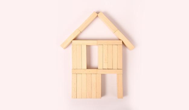 Modello di casa dipinta di bianco sotto il tetto