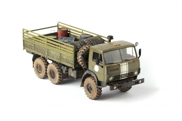 Modello di un camion militare su uno sfondo bianco