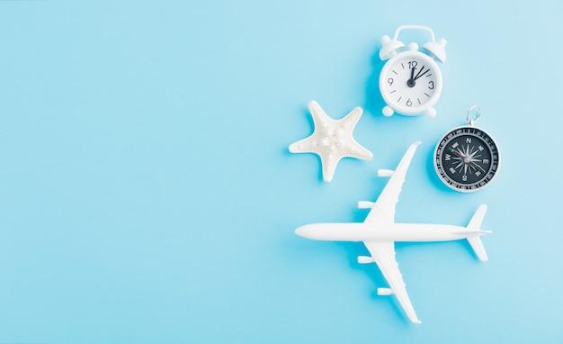 Il modello di aereo, aeroplano, stelle marine, sveglia e bussola