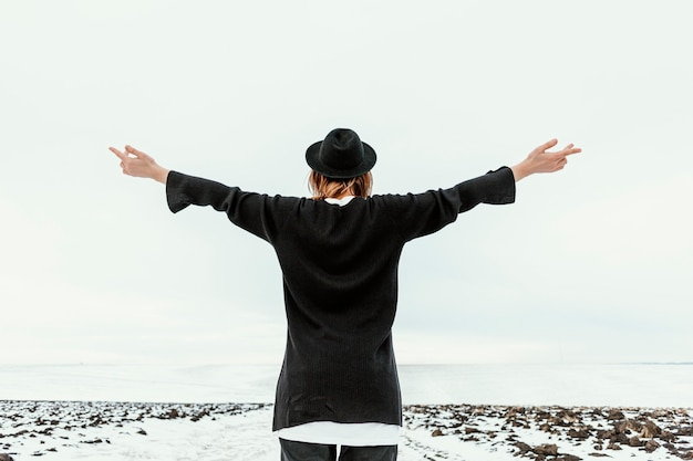 Modello in posa in abiti invernali alla luce del giorno