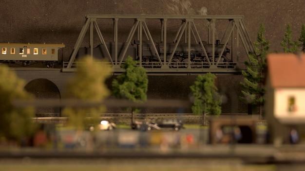 Modello di locomotiva retrò sul ponte.