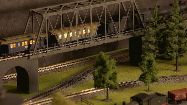 Modello di treno retrò con passeggeri.