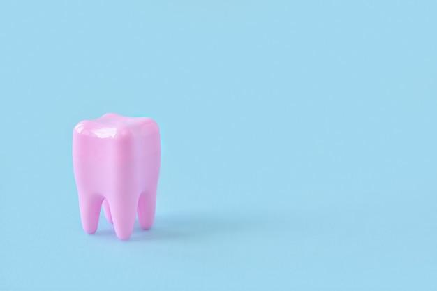 Modello di un dente su una superficie blu