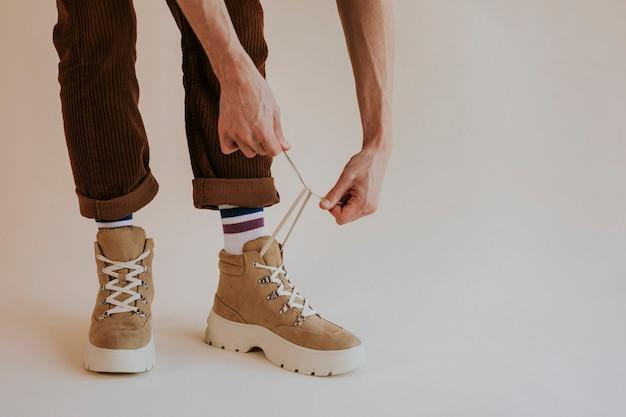 Modello allacciatura scarpe da trekking in pelle scamosciata