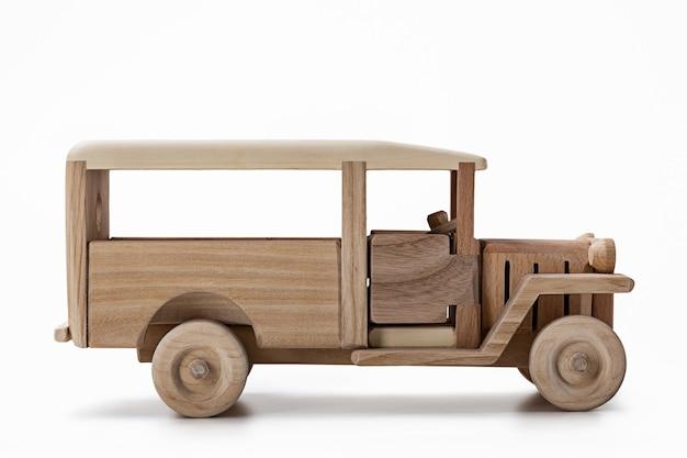 Un modello di un autobus vintage, un giocattolo in legno, vista laterale.