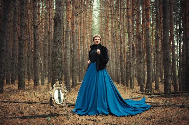 La modella che indossa la gonna blu posa come una regina